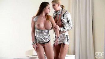 Posições sexuais diferentes com imagens reais de mulheres vadias trepando