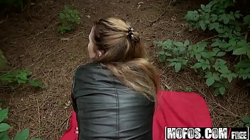Amiga em xexo dando na floresta