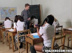 Cenas de sexo na escola com novinha e professor trepando