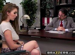 Novinha bem gostosa toma pica do chefe no filmes pornô grátis