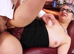 Nerd gostosa fazendo sexo em porno HD