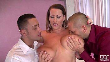 Dois homens chupando uma mulher