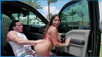 Novinha na web fazendo sexo no carro